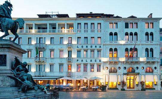 La facciata dell'Hotel Londra Palace in Riva degli Schiavoni