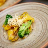 calamari allo zafferano, formaggio vegano, broccoli