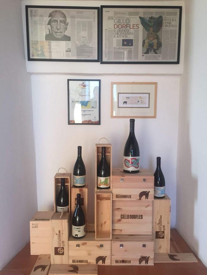bottiglie di vino con etichette di Gillo Deflores