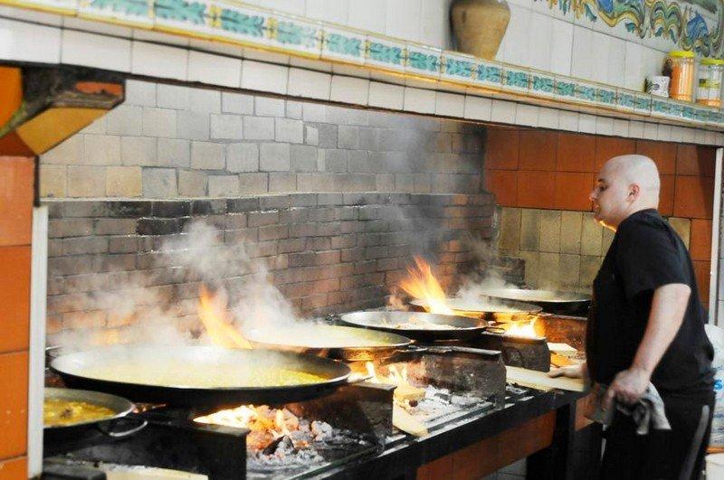 chef cucina la paella