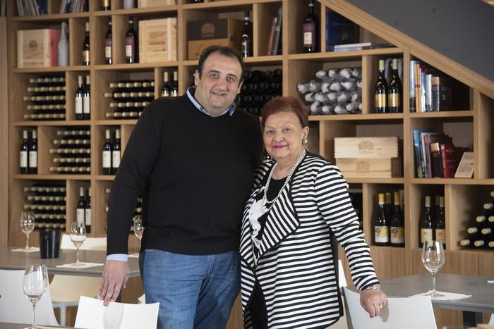 il produttore di vino Walter Lodali con la madre Rita