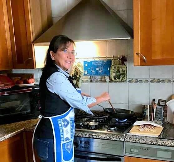 Carmen Guerriero ai fornelli durante la preparazione dell'amatriciana 1