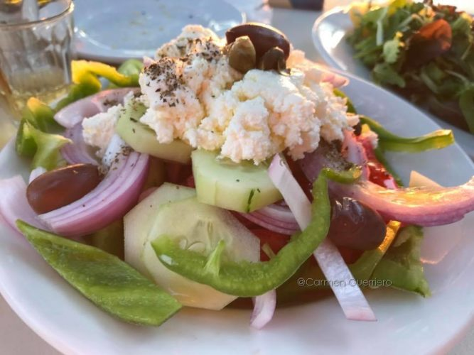 Horiatiki, tradizionale insalata greca con pomodori, cipolle, cetrioli e myzithra