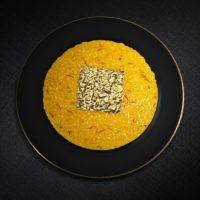 Ciotola di risotto allo zafferano, scaglie d'oro