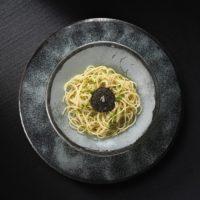 Insalata di spaghetti al caviale, erba cipollina