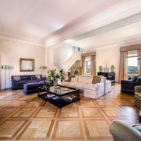 Salone con divani a Villa Nozzole