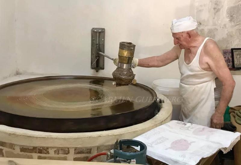 Yiorgos Hatziparaskos mentre maneggia la ruota per la pasta kataifi 1