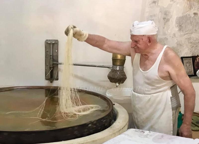 Yiorgos Hatziparaskos raccoglie la matassa di fili kataifi