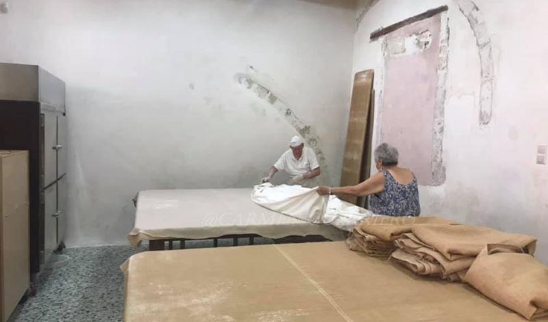Yorghos e la moglie Katarina stendono il telo di cotone sulla pasta fillo
