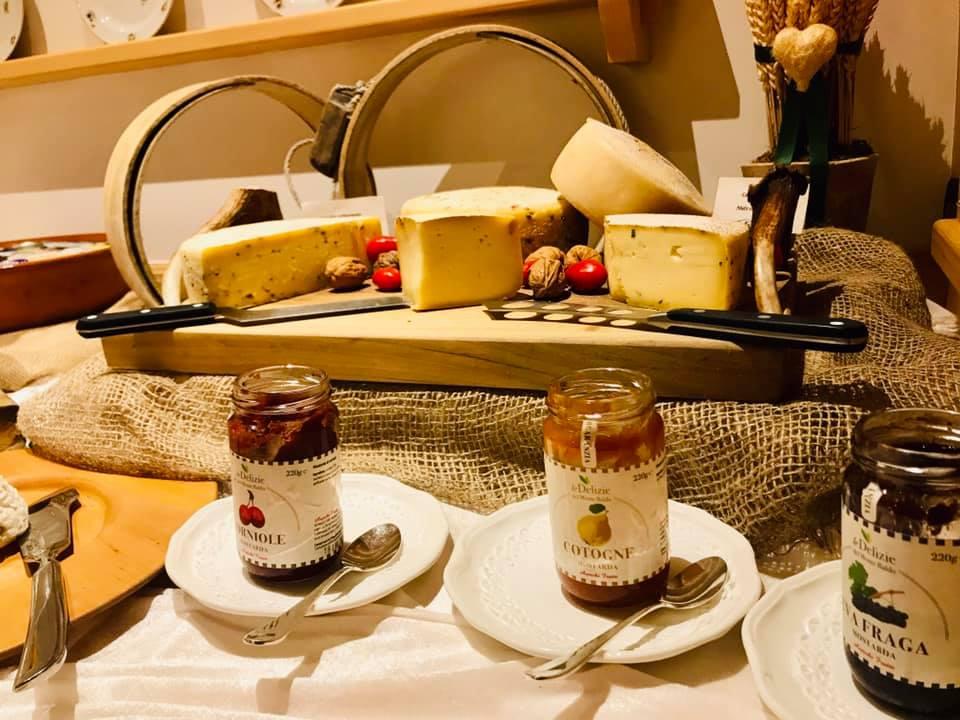 marmellate e formaggi a colazione