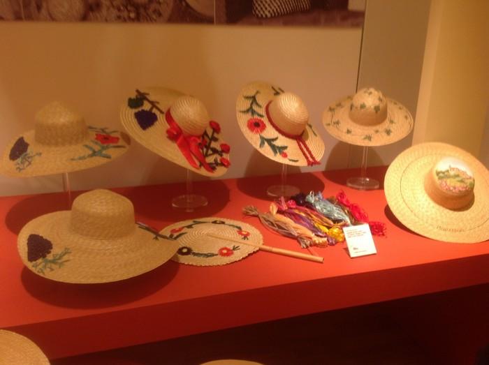 cappelli di paglia in vetrina al museo