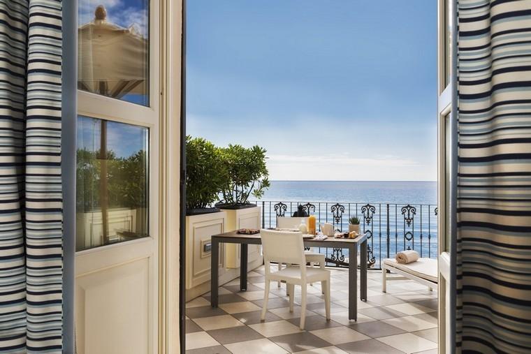 pranzare in terrazza con vista mare