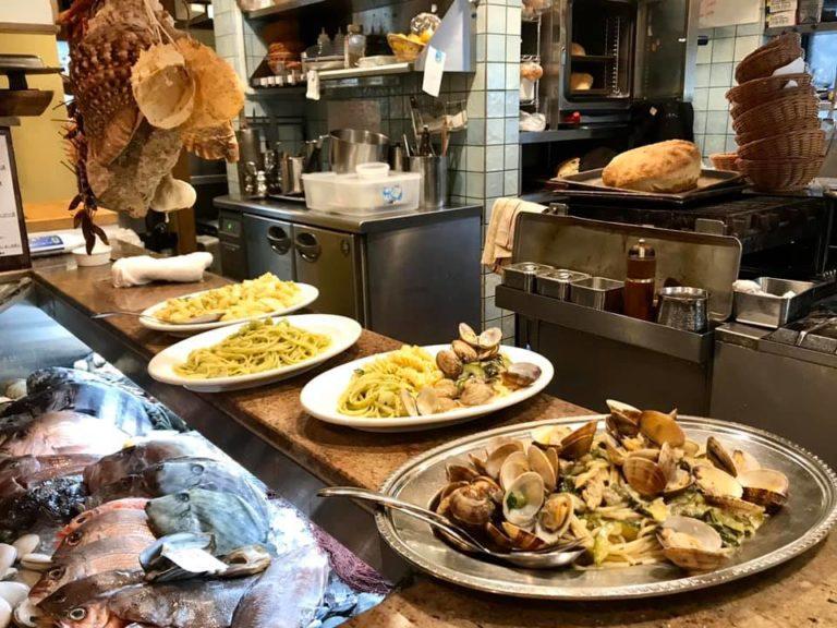 vetrina del pesce e piatti da servire